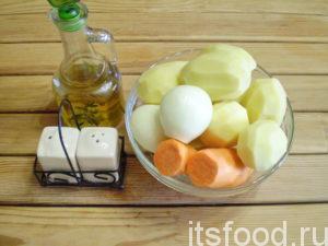 Для приготовления тыквенного супа пере с баклажанами нужно, очистить и помыть картошку, морковку и лук. Картошку нарезать средними кубиками, луковицу измельчить ножом, морковку нарезать тонкими кольцами.