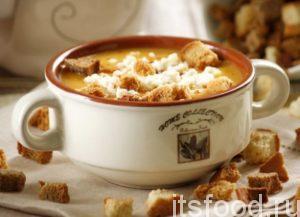 Готовый тыквенный суп пюре выключить, разлить по тарелкам и подавать к столу с чесночными сухариками, сливками или сметаной.