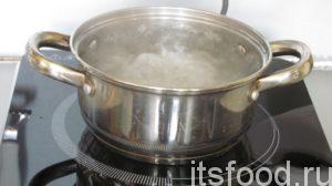 Взять кастрюльку на 4 литра. Набрать в нее воды и поставить на плиту, довести до кипения. Все овощи выложить в кипящую воду и варить до полной готовности картошки.