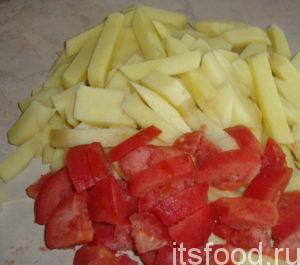Картошку очистить, помыть и порезать на среднюю соломку. Томаты помыть и порезать на мелкие кусочки. Подготовленные овощи выложить в бульон. Туда же добавить кусочек вареного рыбного филе, разобранный на мелкие кусочки.