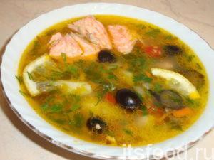 Готовый рыбный суп из форели разлить по тарелкам и подавать к столу!