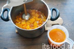 Содержимое сковородки выложить в суп. Кастрюльку с супом снять с огня, немножко остудить и измельчить в пюре при помощи погруженного блендера. Перед измельчением рекомендуется слить с овощей бульон. После измельчения бульон снова вылить в кастрюлю, содержимое кастрюльки смешать до однородности.