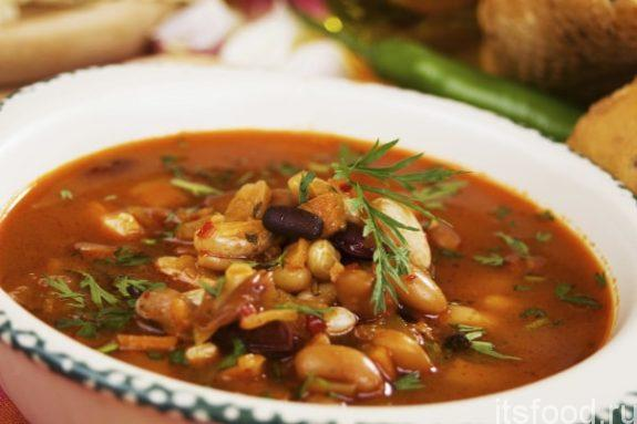 Фасолевый суп с беконом и салями