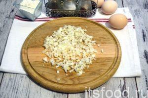 Очищенные луковицы шинкуем очень мелко.