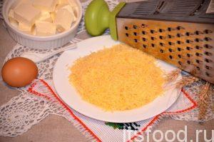 Печенье готовят на основе любого сыра, относящегося к твердым сортам. Мягкие плавленые сыры для этой цели не подходят. Сыр натирают на самой мелкой терке.
