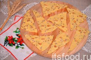 Печенье переносят на противень, застеленный бумагой для выпечки. После выдерживания в холодильнике тесто становится эластичным: и не рвется.