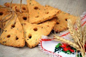 Сырное печенье может быть самостоятельной закуской или основой для симпатичных канапе. Золотистые треугольники намазывают сливочным маслом, паштетом или икрой.