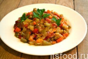 Добавляем помидоры в сковороду к овощам, тушим салат на маленьком огне до мягкости всех овощей, около 10 минут. Солим, перчим по вкусу. Если вы хотите придать салату более острые и пикантные освежающие нотки добавьте, по вкусу, красный молотый перец или кусочки свежего перца чили.