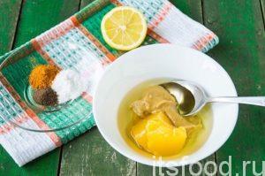 В полученную смесь добавим мед. Желательно использовать свежий мед. Если есть только засахаренный, слегка растопите его, используя для этой цели микроволновку или водяную баню.