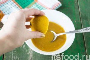 Тщательно перемешиваем ингредиенты маринада, добавляем сок лимона.