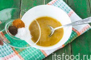 Последними добавляем соль, щепотку черного перца и карри.