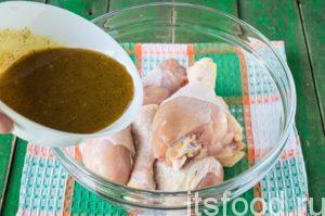Заливаем куриные голени полученным маринадом.