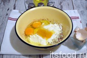 В рыбно-луковую массу разбиваем яйца и высыпаем всю муку.  Рыбное тесто тщательно перемешиваем, перчим и солим по вкусу. Стараемся не пересолить, ведь рыба и так достаточно соленая.