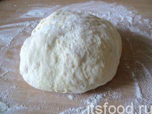 Когда тесто поднимется во второй раз, присыпать мукой тесто и руки, переложить его на стол, присыпанный 150 граммами муки и вымешивать тесто, пока оно не перестанет липнуть к рукам.