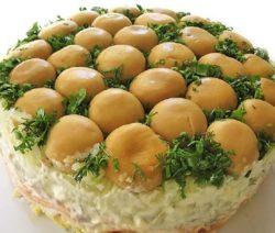 Слоеный салат с курицей и грибами «Грибная поляна» - рецепт с фото