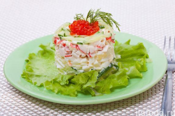Классический рецепт салата из крабовых палочек с огурцом