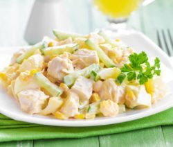 Салат из курицы с ананасами и кукурузой - рецепт