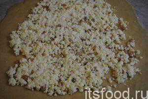 Раскатываем тесто. Максимальная толщина – 2 мм. Тесто должно быть эластичным и просвечиваться. Начинку наносим по всей поверхности, отступив 5 см от краев