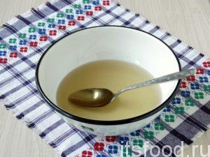 Пока бисквит отлеживается, готовите сиропную пропитку. Воду соединяете с сахаром и доводите до кипения. Охлаждаете и вливаете любой коньяк. Можно обойтись и без добавления спиртного. Если вы предпочитаете более сухой бисквит, то коржи можно и не пропитывать.