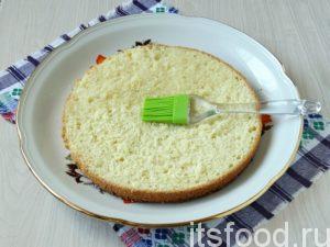 Собираете бисквитный тортик сразу на блюде, т. к. переложить его вы уже не сможете. Берете первый корж, кладете на блюдо и пропитываете его коньячным сиропом.