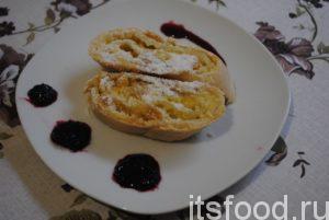 Совет: классический штрудель из слоеного теста подается с кисловатым вареньем, например из черной смородины или вишни.