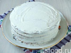 Собрав все коржи, обмазываете весь бисквитный тортик сливками. Немного крема оставляете для украшения.