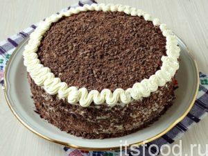 Шоколад измельчаете на терке в шоколадную крошку, которой обсыпаете верх и бока торта. Края торта выделяете узорной волной взбитых сливок, которые были оставлены для украшения. Можно украсить бисквитный торт со сливочным кремом и по-другому: используя, например, свежие фрукты.