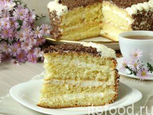 Обязательно дайте торту постоять в холодильнике для хорошей пропитки. А затем достаете и поражаете гостей и близких своим мастерством. Бисквитный торт со сливочным кремом получается нежным и очень легким. Он буквально тает во рту, поэтому исчезает с тарелки быстро и незаметно.