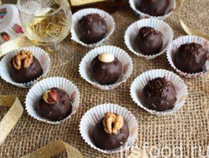 Можно украсить шоколад любой крошкой (шоколадной/бисквитной) или орехами.