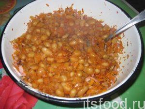 Потом высыпаем в миску консервированную фасоль. Можно заранее сварить и потушить фасоль в томате. В принципе, это дело каждого, какую фасоль использовать: главное, чтобы в салат вместе с ней не попала жидкость.