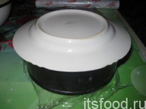 На верхушку формы кладем тарелку.