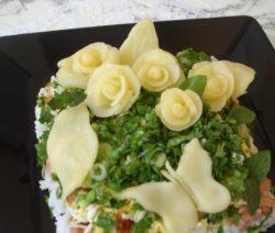 Очень вкусный слоеный салат с красной рыбой - рецепт с фото