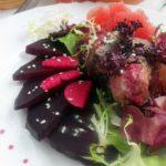 Теплый свекольно-грейпфрутовый салат с печенью