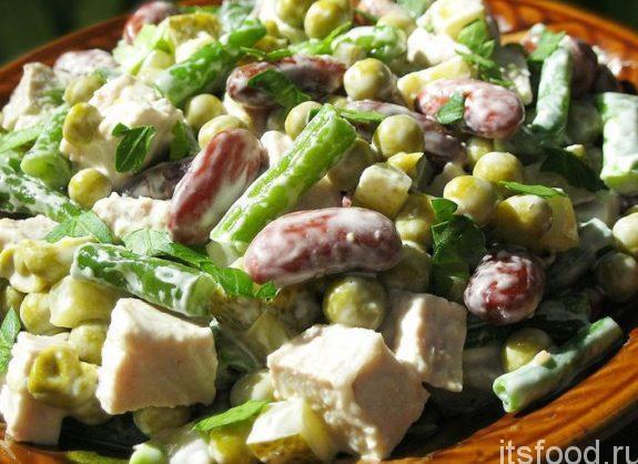 Салат с мясом, горохом и фруктами