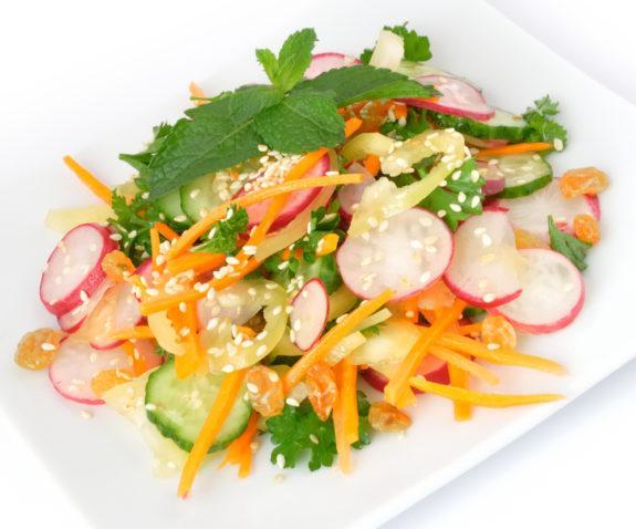 Салат с редисом и изюмом