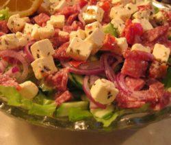 Салат закусочный с копченой колбасой, сыром и огурцом