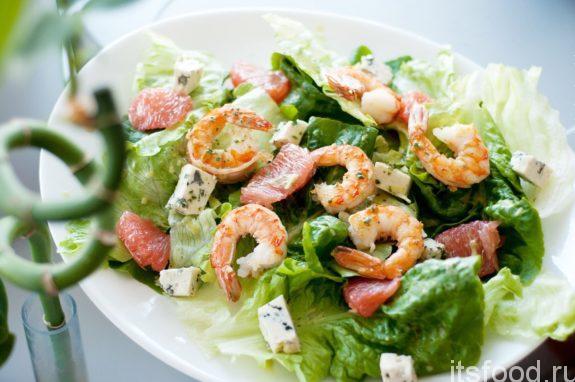 Салат с креветками и копченостями