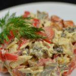 Салат с грибами, мясом и овощами