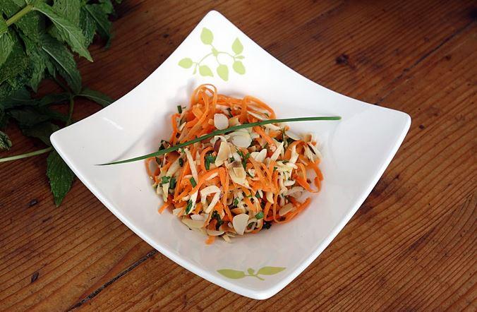 Салат с кальмарами и колбасой