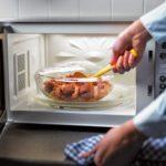 Что нельзя готовить в микроволновке?