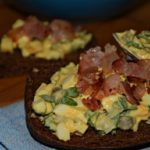 Теплый яичный салат