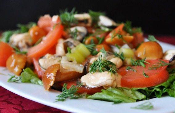 Очень вкусный салат с мидиями - рецепт с фото