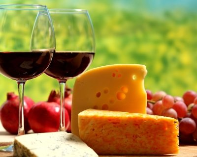 Сыр и вино скрасят зимний вечер