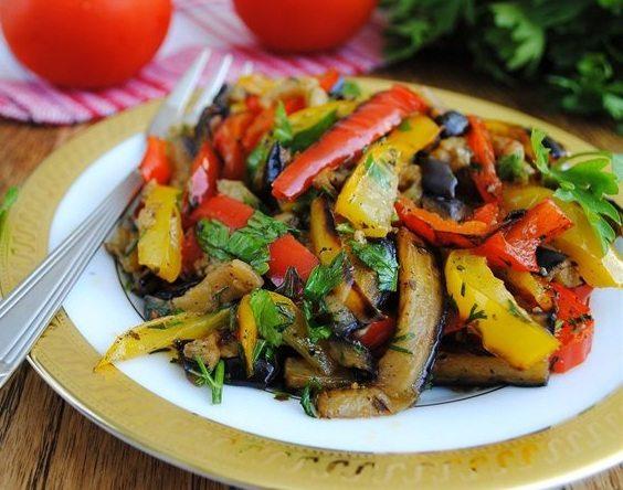 Запеченные баклажаны с овощами
