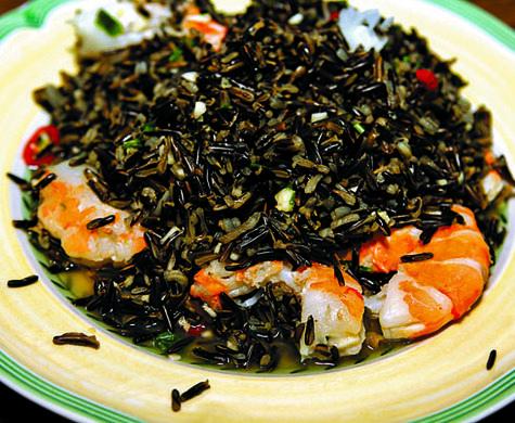 Салат из черного риса с креветками