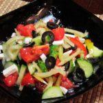 Греческий салат с фетаксой и маслинами