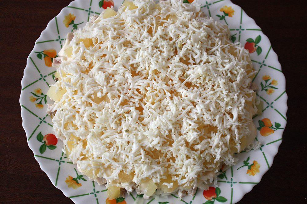 Салат с ананасом с курицей и сыром с