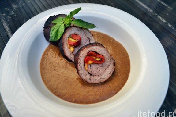 Рулет из говяжьей вырезки со сливочно-кофейным соусом