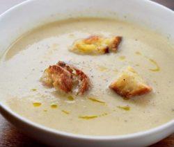 Суп из капусты с хлебом и сыром