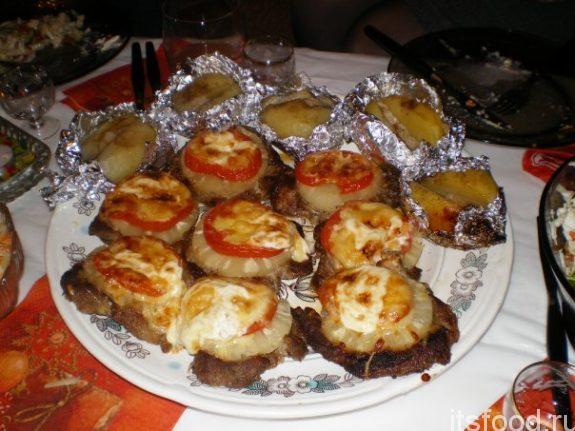Мясо под ананасом с сыром в духовке